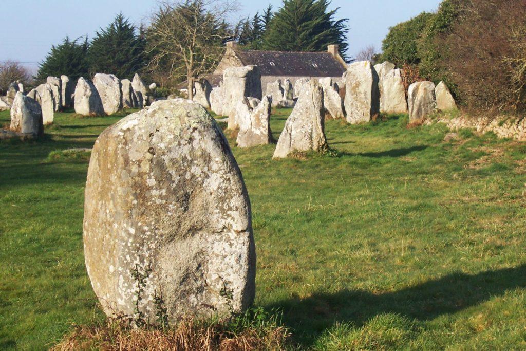Un balade sur les sentiers le long des alignements d'Erdeven, en passant par dolmens et villages.