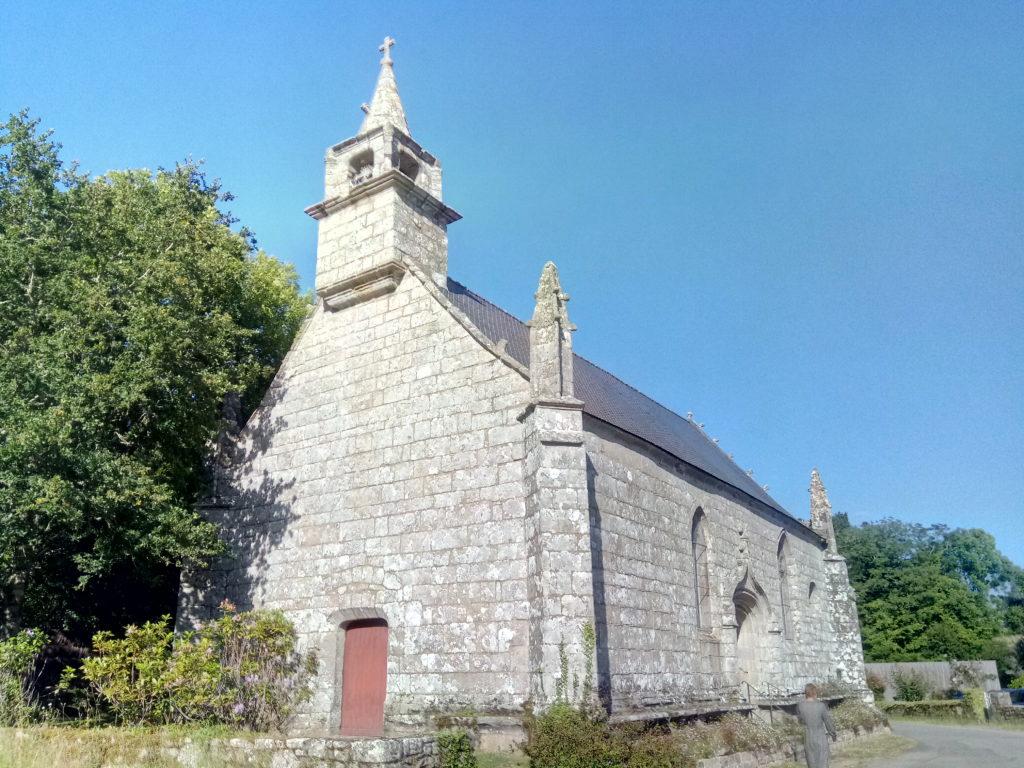 A Ploemel, une balade de chapelles en chemins creux.